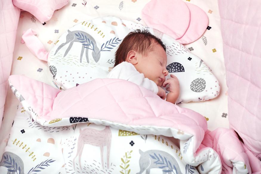Wir vervollständigen eine Säuglingsausstattung für ein Neugeborenes