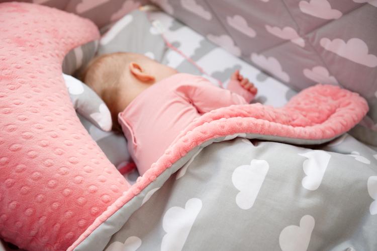 Kocyk, kołderka czy rożek - czym przykrywać niemowlaka?