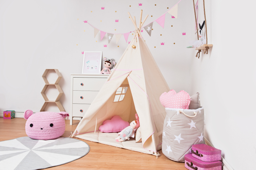 Une tente tipi dans la chambre d'une fille